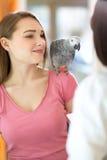Giovane diagnosi d'ascolto soddisfatta della ragazza del veterinario in veterinario Immagini Stock Libere da Diritti