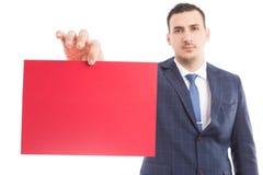 Giovane direttore di marketing che tiene carta in bianco immagini stock