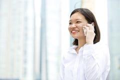 Giovane dirigente femminile asiatico che parla sul telefono Immagine Stock