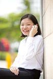 Giovane dirigente femminile asiatico che parla sul telefono Fotografia Stock Libera da Diritti