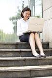 Giovane dirigente femminile asiatico che per mezzo del computer portatile Immagine Stock Libera da Diritti