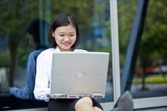 Giovane dirigente femminile asiatico che per mezzo del PC del computer portatile Fotografia Stock Libera da Diritti
