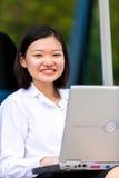Giovane dirigente femminile asiatico che per mezzo del PC del computer portatile Immagine Stock Libera da Diritti