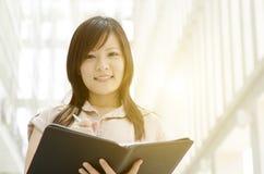 Giovane dirigente femminile asiatico con il diario Immagine Stock Libera da Diritti