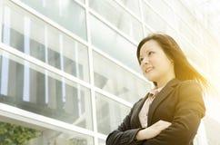 Giovane distogliere lo sguardo asiatico della donna di affari Immagini Stock Libere da Diritti