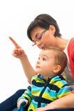 Giovane dito del punto della madre all'angolo alto Immagine Stock