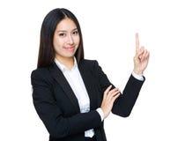 Giovane dito della donna di affari che indica su fotografia stock libera da diritti