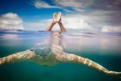Giovane divingin maschio dello snorkeler il mare Fotografie Stock Libere da Diritti