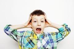 Giovane domandarsi grazioso del bambino del ragazzino, posante il fronte emozionale isolato su fondo bianco, gesture la fine sorr immagine stock