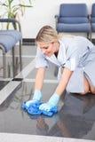Giovane domestica Cleaning The Floor Immagini Stock Libere da Diritti