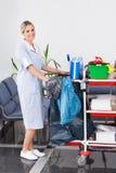Giovane domestica Cleaning The Floor Fotografia Stock
