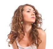 Giovane donna abbastanza riccia su fondo bianco Immagine Stock