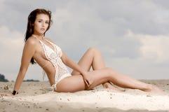 Giovane donna abbastanza sexy di modo sulla spiaggia Fotografie Stock