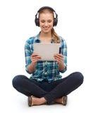 Giovane donna in abbigliamento casual che si siede sul pavimento immagini stock libere da diritti