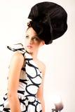 Giovane donna in abbigliamento di alte mode di Haute - isolato Immagini Stock