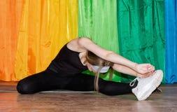 Giovane donna in abbigliamento di sport che si esercita su relativo alla ginnastica Fotografia Stock