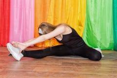 Giovane donna in abbigliamento di sport che si esercita su relativo alla ginnastica Fotografia Stock Libera da Diritti