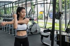 Giovane donna in abiti sportivi che fanno allungando esercizio prima del treno Immagine Stock Libera da Diritti