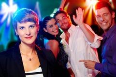 Giovane donna ad un partito che osserva straniero Immagini Stock
