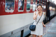 Giovane donna ad una stazione ferroviaria Fotografia Stock Libera da Diritti