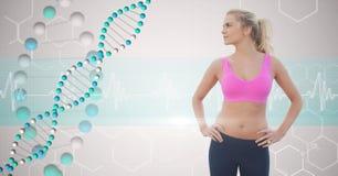 Giovane donna adatta con le mani sulle anche che esaminano la struttura del DNA immagini stock