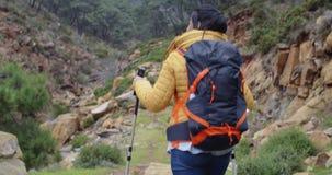 Giovane donna adatta dell'attivo su una traccia di escursione archivi video