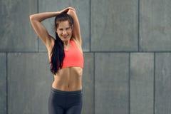 Giovane donna adatta sorridente che fa allungando gli esercizi Fotografia Stock Libera da Diritti