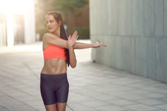Giovane donna adatta sorridente che fa allungando gli esercizi Immagine Stock Libera da Diritti