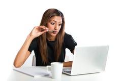 Giovane donna adolescente indiana asiatica attraente che studia con il computer portatile Fotografie Stock