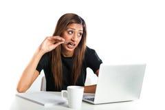 Giovane donna adolescente indiana asiatica attraente che studia con il computer portatile Fotografia Stock