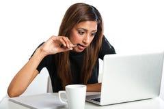 Giovane donna adolescente indiana asiatica attraente che studia con il computer portatile Immagini Stock