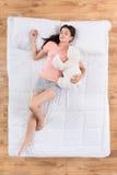 Giovane donna adorabile che dorme sul letto fotografie stock