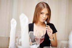 Giovane donna adorabile che posa durante il pranzo immagini stock libere da diritti