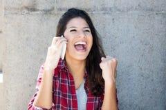 Giovane donna adulta caucasica incoraggiante al telefono Immagine Stock