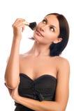 Giovane donna adulta che applica blusher Fotografie Stock Libere da Diritti