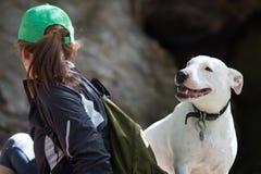 Giovane donna adulta che gioca con il suo cane Immagini Stock Libere da Diritti