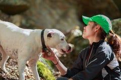 Giovane donna adulta che gioca con il suo cane Fotografia Stock Libera da Diritti