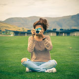 Giovane donna adulta con una retro macchina fotografica Fotografia Stock
