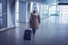 Giovane donna in aeroporto Fotografia Stock Libera da Diritti