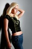 Giovane donna affascinante in camicia Immagine Stock