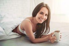 Giovane donna affascinante a casa immagine stock libera da diritti