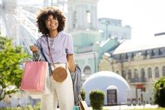 Giovane donna affascinante che ritorna dai boutique immagini stock libere da diritti