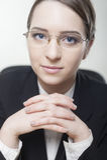 Giovane donna affascinante di affari che sorride con confidenza Immagini Stock
