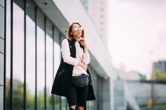 Giovane donna affascinante nel distogliere lo sguardo alla moda degli occhiali da sole Concetto di modo della via fondo urbano, s Fotografia Stock Libera da Diritti