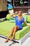 Giovane donna affascinante nella posa blu del vestito all'aperto Immagini Stock Libere da Diritti