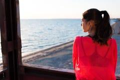 Giovane donna affascinante premurosa che gode di bello paesaggio nel giorno di estate fotografie stock libere da diritti