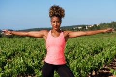 Giovane donna africana in buona salute che fa allungando esercizio all'aperto Fotografia Stock