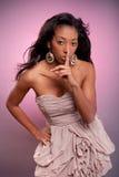 Giovane donna africana che fa gesto di silenzio Fotografie Stock Libere da Diritti
