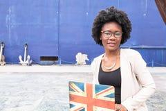 Giovane donna africana che scrive sul suo computer portatile Fotografia Stock Libera da Diritti