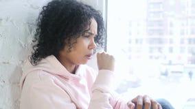 Giovane donna africana che tossisce, infezione della gola archivi video